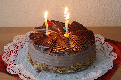 512px-Schokoladentorte_Buttercreme_Tulpen_dritter_Geburtstag_001