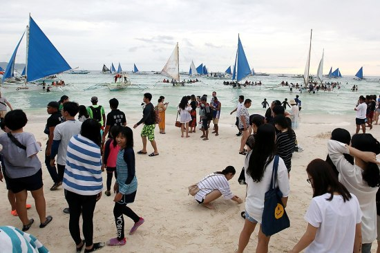 1024px-Boracay_Boat_and_Tourists